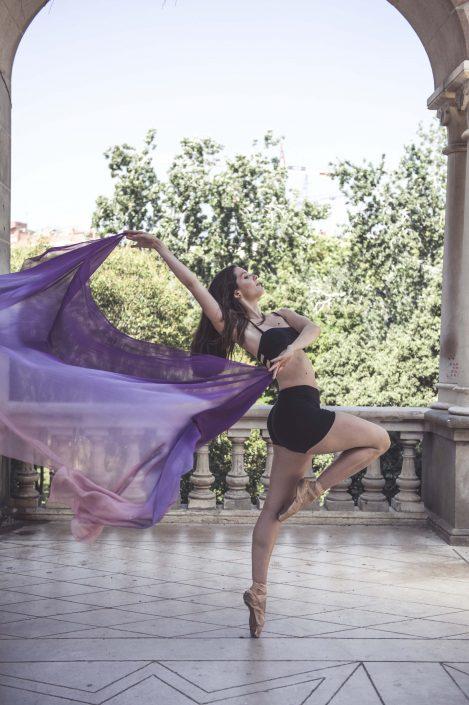chica bailando en Parque Güell
