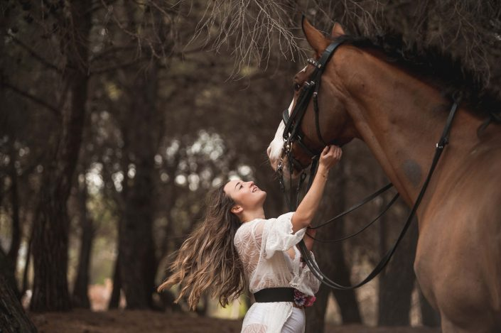 chica con caballo